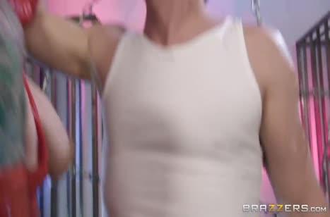 Скриншот Чикса поразила бойфренда обтягивающим костюмом №2315 #1