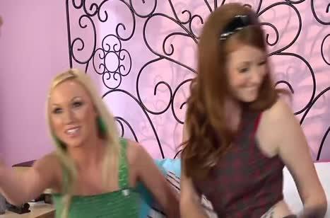 Скриншот Рыженькая подружка сама тянется к пенису №3266 #1